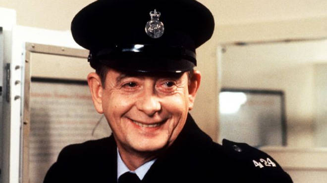 Derek Fowlds: Yes Minister and Heartbeat actor dies, aged 82