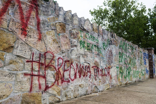 Graffiti vandals target Elvis' Graceland home