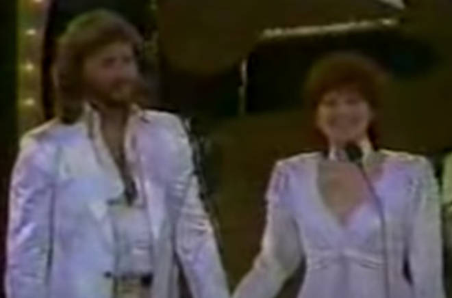 After an introduction from Simon & Garfunkel's Paul Simon, Barbra and Barry walk on stage holding hands and to a standing ovation and to give a little presentation of their own.