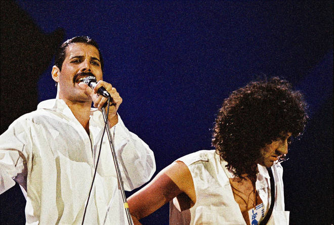 Accompanied by Brian May on guitar, Freddie Mercury sings a beautiful stripped back version of 'White Christmas' at Inglewood, California in 1977.