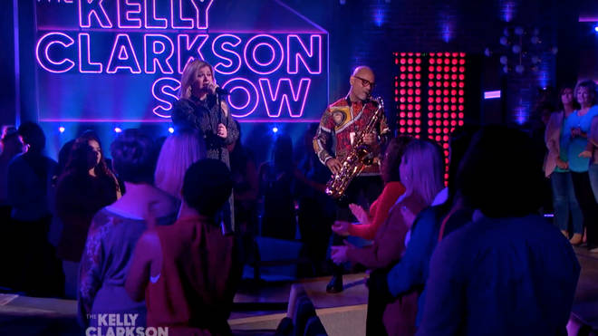 The 38-year-old star showcased her extraordinary voice when she decided to sing a tribute to Whitney Houston on her TV series The Kelly Clarkson Show.