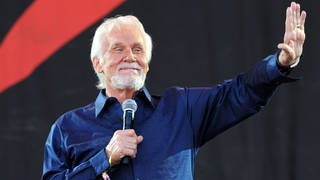 Kenny Rogers thanking the Glastonbury Festival crowd on 30th June 2013. (Photo by Brian Rasic/Getty Images)