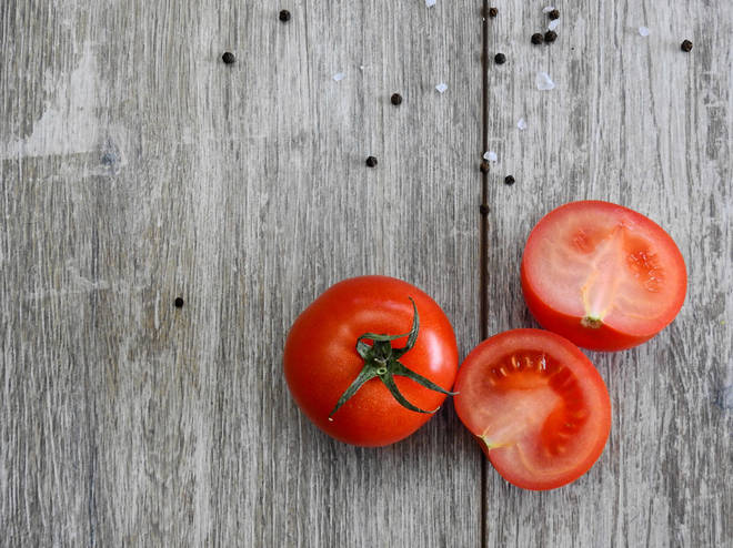 Tomato juice reduces dark circles