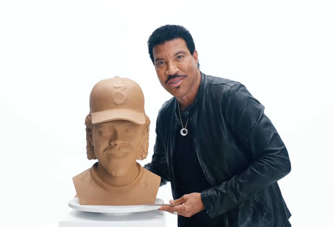 Lionel Richie creates a new 'Hello' clay head